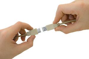 USB (Universal Serial Bus) je univerzální sběrnice pro připojení různých počítačových zařízení. Od roku 1995, kdy byl zveřejněn USB ve verzi 1.0, prošel standard USB mnoha inovacemi. Pomocí USB můžeme dnes připojit flash paměti, tiskárny, skenery nebo externí disky a nové verze zvládají i připojení LCD monitorů a dalších vysokorychlostních zařízení. S příchodem USB verze 3 se značení trochu komplikuje. V tomto článku se dozvíte vše co potřebujete vědět o USB.
